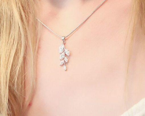 Idee cadeau femme - collier feuille zirconia